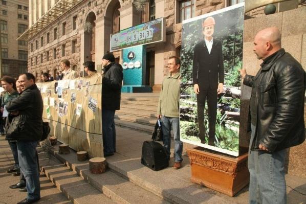 У Киевсовета народ требует отставки главы КГГА
