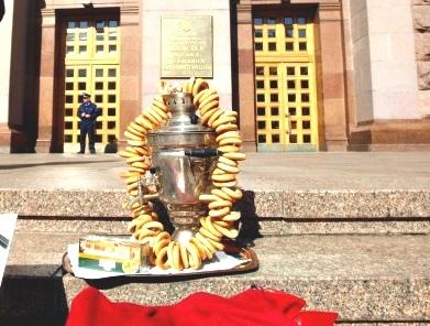 Киевские активисты приглашают Попова на чай с бубликами