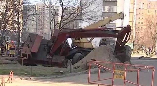 В дворе жилого дома экскаватор провалился в яму