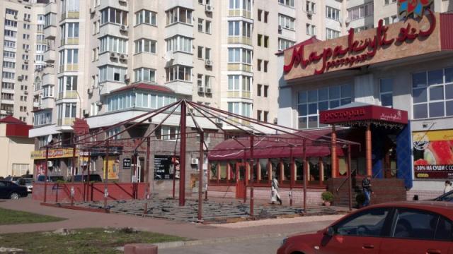 На Оболони рестораторы пытаются отобрать у жителей пешеходную дорожку