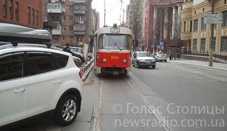 Барышня на иномарке создала трамвайную пробку