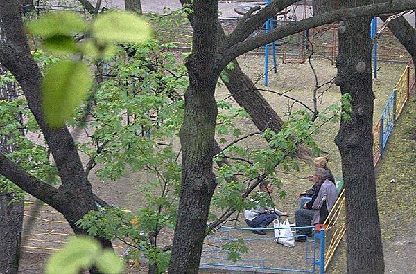"""В Киеве бомжи """"отобрали"""" у детей игровую площадку"""
