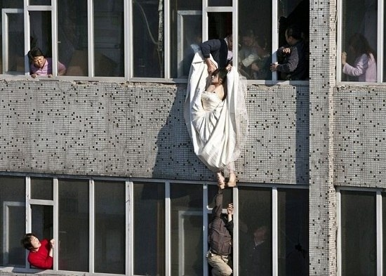 На Троещине мужчина выбросил из окна свою жену