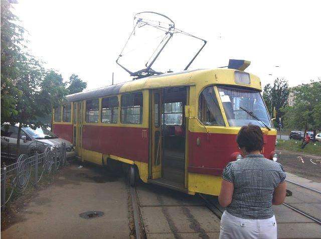 На Оболони трамвай повредил три автомобиля