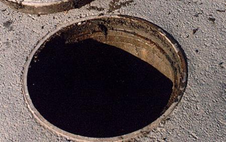 Траектория пьяного мужчины привела его в канализационный колодец