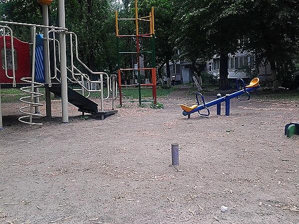 В Киеве ликвидируют небезопасные детские площадки