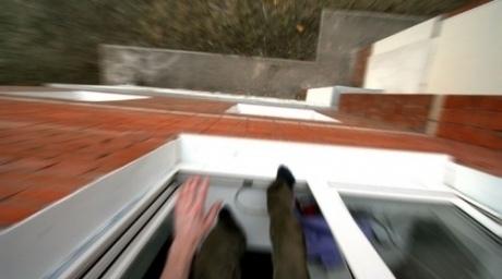Женщина осталась жива, выпав с балкона 3-го этажа