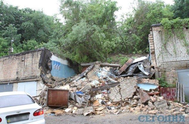 Оползень уничтожил гаражный кооператив