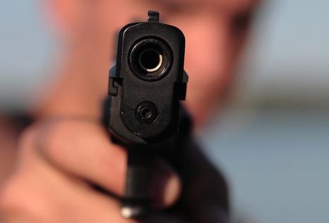 Мужчина с пистолетом поставил на уши официантов кафе