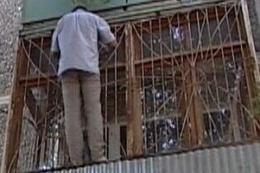 Киевские спасатели сняли с балкона неуравновешенного мужчину