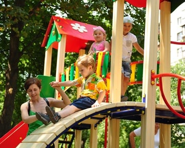 Самыми небезопасными детскими площадками в Киеве считаются политические