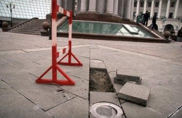 На Майдане починят гранитное покрытие