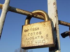 В Киеве девушка разбилась насмерть, прыгнув с Мостика влюбленных
