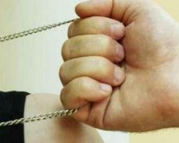Киевлянин ограбил девушку в присутствии милиционеров