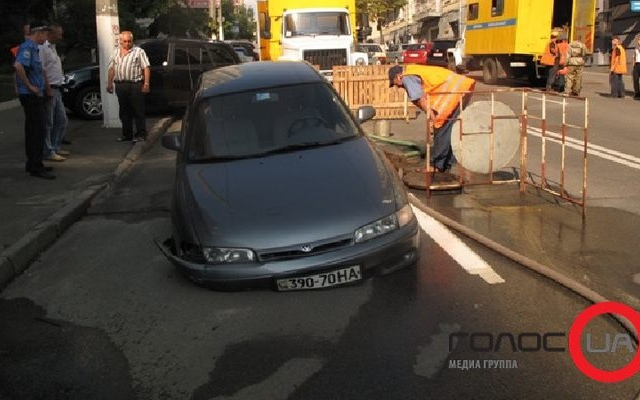В центре Киева машина ушла под землю