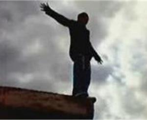 В Киеве 8-летний мальчик застрял на козырьке балкона отселенного здания