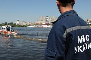 Мужчины, пытаясь переплыть озеро, не рассчитали сил