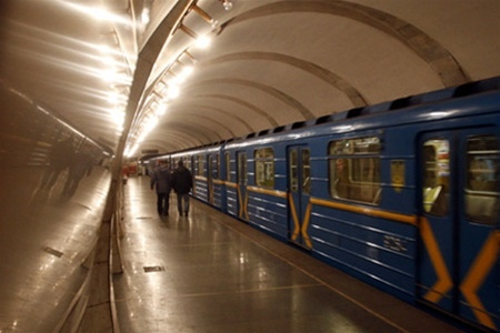 """Пассажирам в метро нечем было дышать из-за инцидента на """"Шулявской"""""""