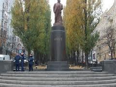 Националистам, разрушивших памятник Ленину в Киеве, дали по 3 и 2 года