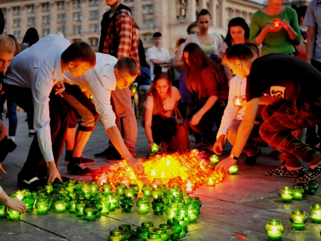 На Майдане зажгли свечи в память о героях ВОВ