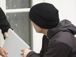 """""""Конфликтные"""" парни и девушка украли из магазина ноутбук"""