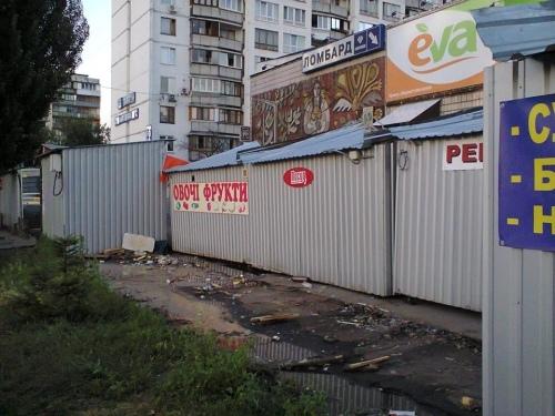 Киевские МАФы тонут в воде и мусоре