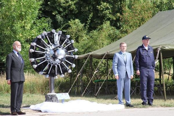 В честь авиаторов на Соломенке открыли монумент