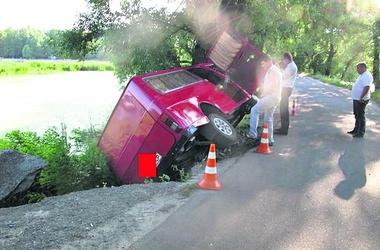 В Киеве автобус с людьми чуть не упал в озеро