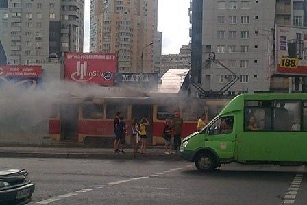 На Позняках едва не сгорел водитель трамвая