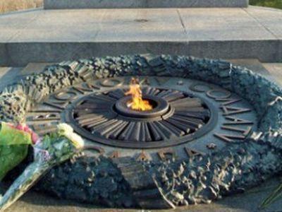 Вандалы украли латунную плиту с постамента Вечного огня в Киеве