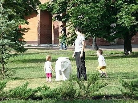 На Оболони появились парковые улитки, слон и черепашки