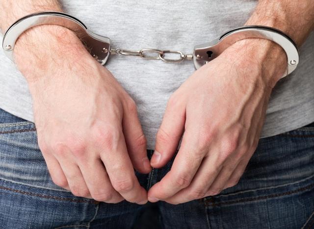 Преступник ограбил киевлянина, который спал на улице под окнами своего дома