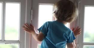 Милиция просит следить за детьми, чтобы те не выпадали из окон