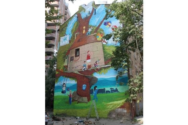 Киевские активисты красочно обновили фасад старого дома