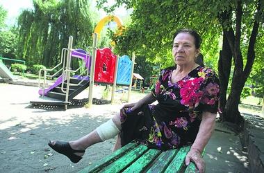 Бездомная собака напала на пенсионерку на детской площадке