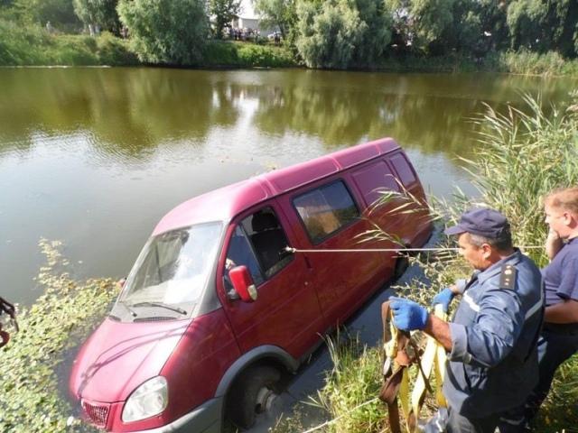 На Киевщине автомобиль угодил в реку