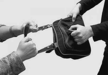 Не имея денег на билет, иностранец решил ограбить киевлянку