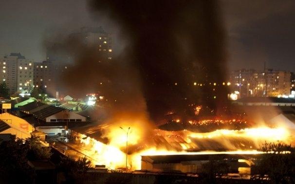 На Оболони произошел масштабный пожар. Горел рынок
