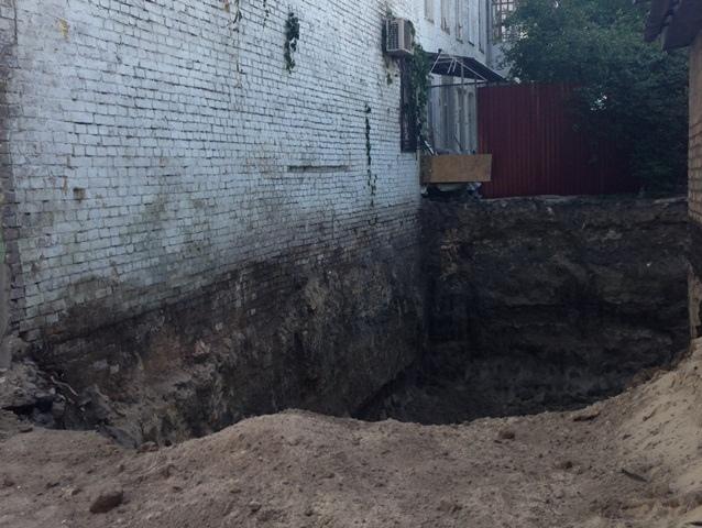 Киевлянина наказали за яму на Подоле