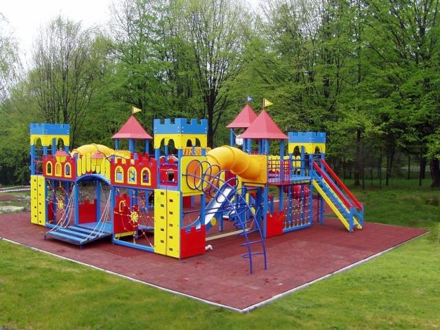 Простые киевляне, не дождавшись помощи от власти, купили детскую площадку