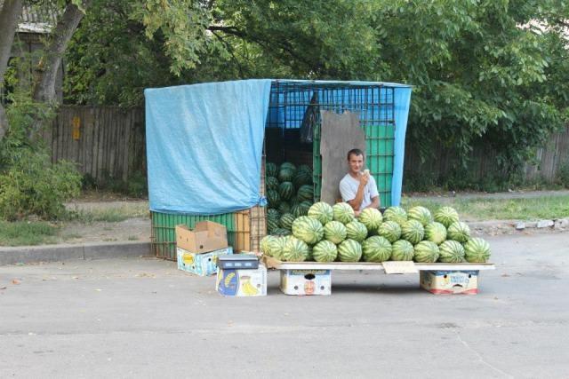 В Киеве продают арбузы с дорожной пылью