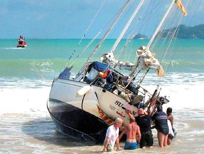 На Днепре частная яхта села на мель