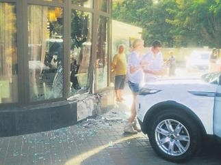"Девушка на ""Range Rover"" врезалась в ресторан"