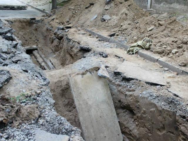 """В """"Киевэнерго"""" забыли закопать яму на проспекте 40-летия Октября"""