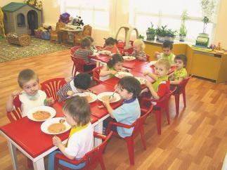 Киевских дошкольников будут кормить гусеницами