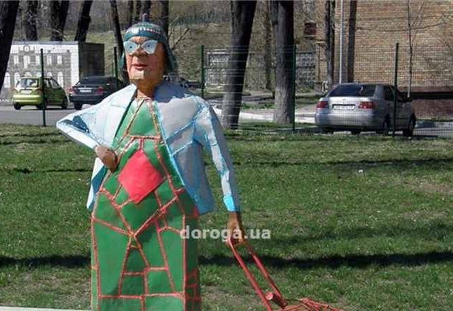 В Киеве появилась железная бабушка с кравчучкой
