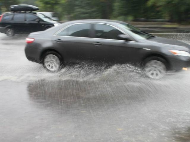 """Дождь в Киеве подарил водителям """"асфальтовый аквапарк"""""""