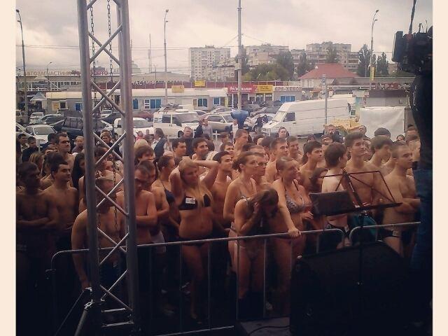 В киевский ТЦ голые люди пришли за одеждой