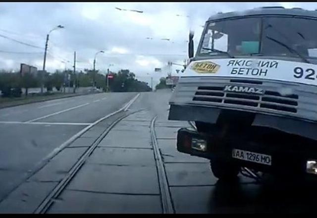 В Киеве скорая столкнулась с камазом