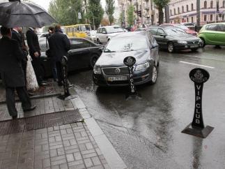 Киевлянам разрешили парковаться на стоянках гостиниц и офисов